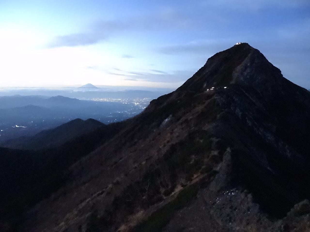 日ノ岳でご来光を待つことにしました。日ノ岳は難所の一枚岩を越えた上 ...