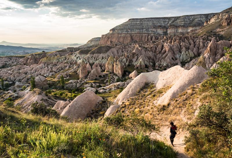 トルコ中部の世界遺産カッパドキア。火山によってできた地層が長期にわたって浸食、風化することで作り出された奇岩群が広がる
