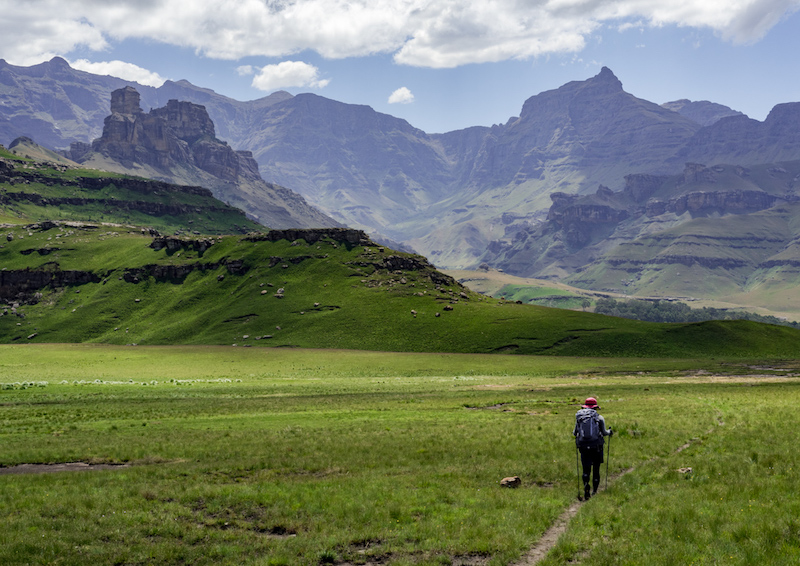 南アフリカの世界遺産ドラケンスバーグ国立公園内にあるジャイアンツカップトレイル。力強い景観と野生動物が楽しめる