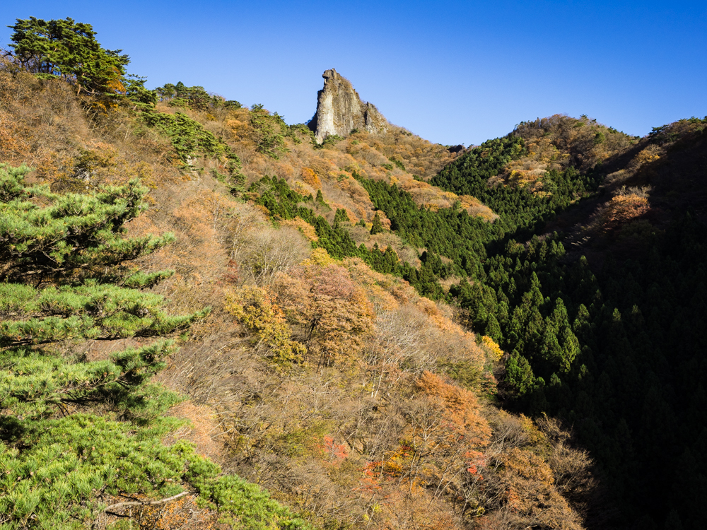 群馬県・子持山、屏風岩から獅子岩へ――。紅葉と特異な岩塔をめぐる ...