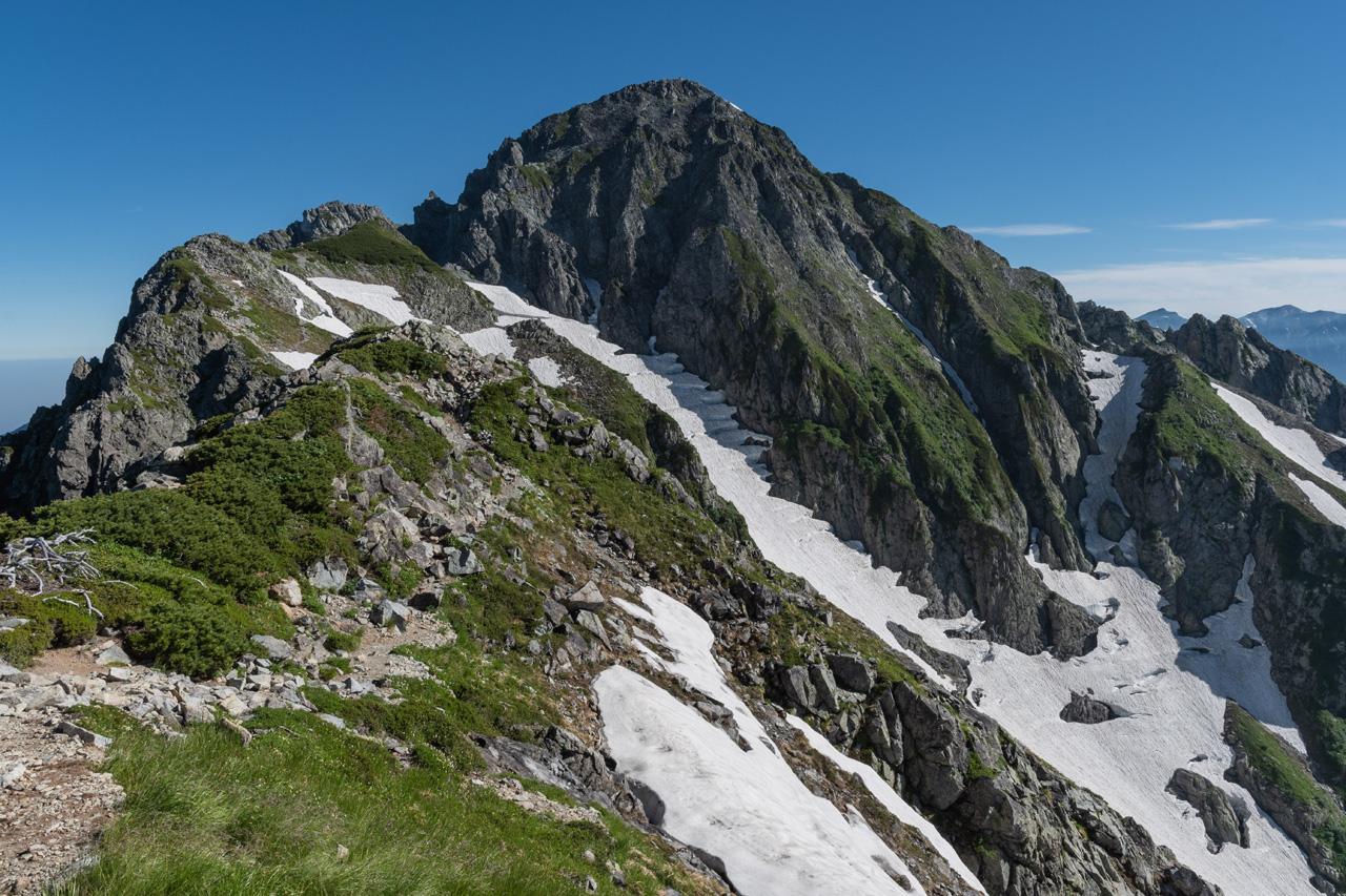 北アルプス・剱岳――、別山尾根から高度感のある鎖場を越えて、頂に立つ ...