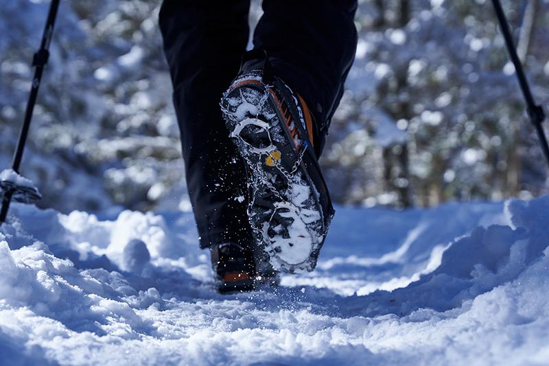 チェーンスパイクは冬の登山道で使う人が急増している人気アイテム