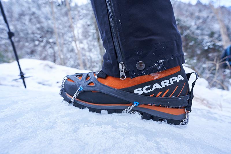 チェーンスパイクを装着した登山靴