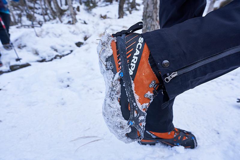 登山靴の足裏に雪団子が付いた状態