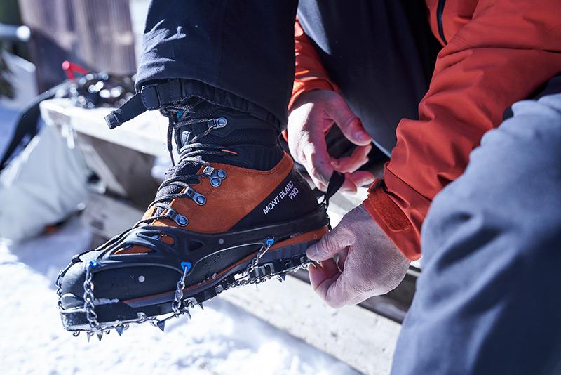 チェーンスパイクを登山靴から外す
