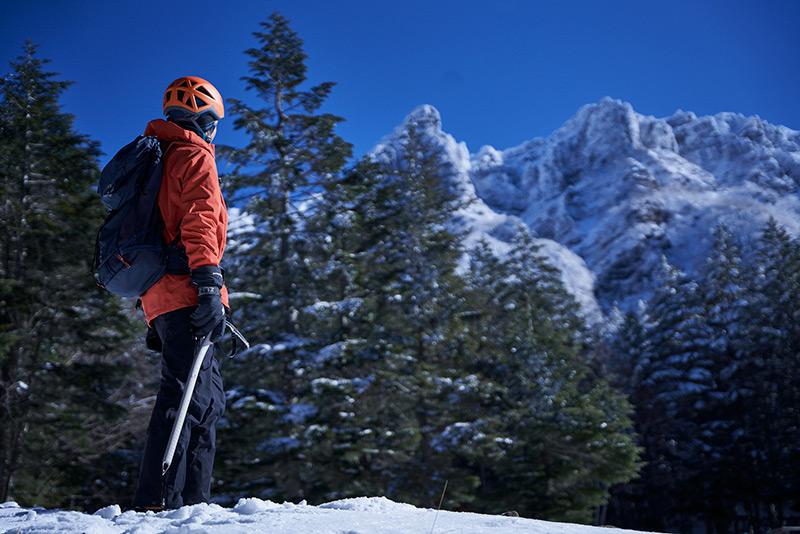 赤岳鉱泉から厳冬の山々を望む