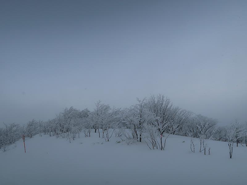 桧原西湖畔オートキャンプ場から磐梯山をのぞむ