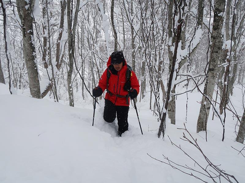 スノーシューを履いて桧原西湖畔オートキャンプ場の周辺を散策