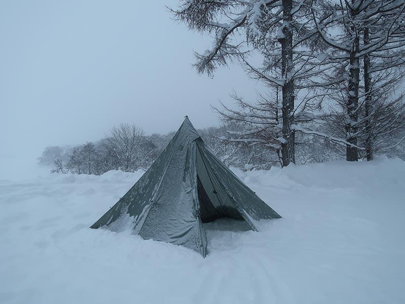 雪が積もったテント