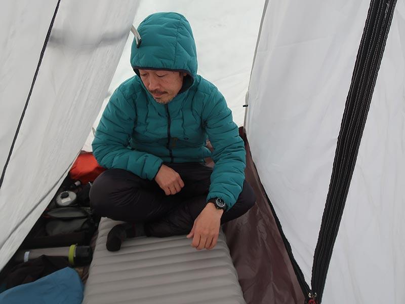 雪の上に張ったテントの中