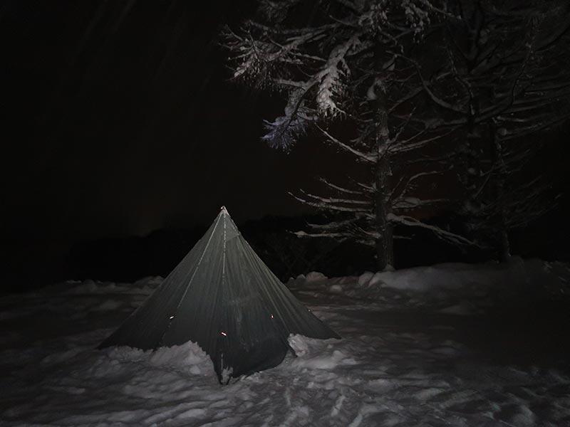 雪の中のテント