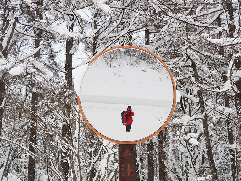 雪の車道を歩く