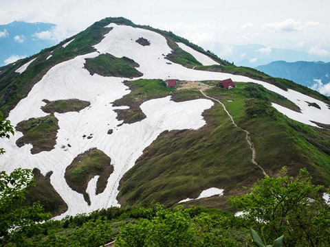 残雪多い7月中旬の朝日岳
