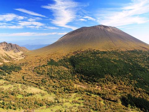 迫力の火山景観と霊山の霊性を満喫