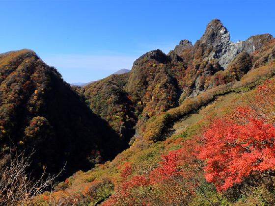 天を衝く岩峰と紅葉が作る絶景