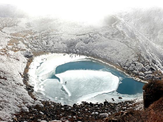 霧氷の林を抜けて結氷した御池へ