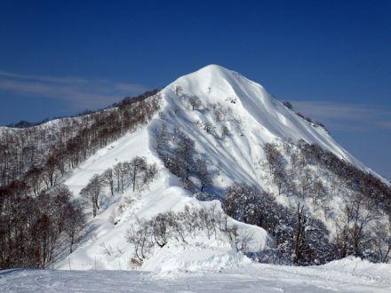 飯士山 - 秀麗な山容と峻険な尾根を擁す越後湯沢の名峰 - ヤマケイ ...